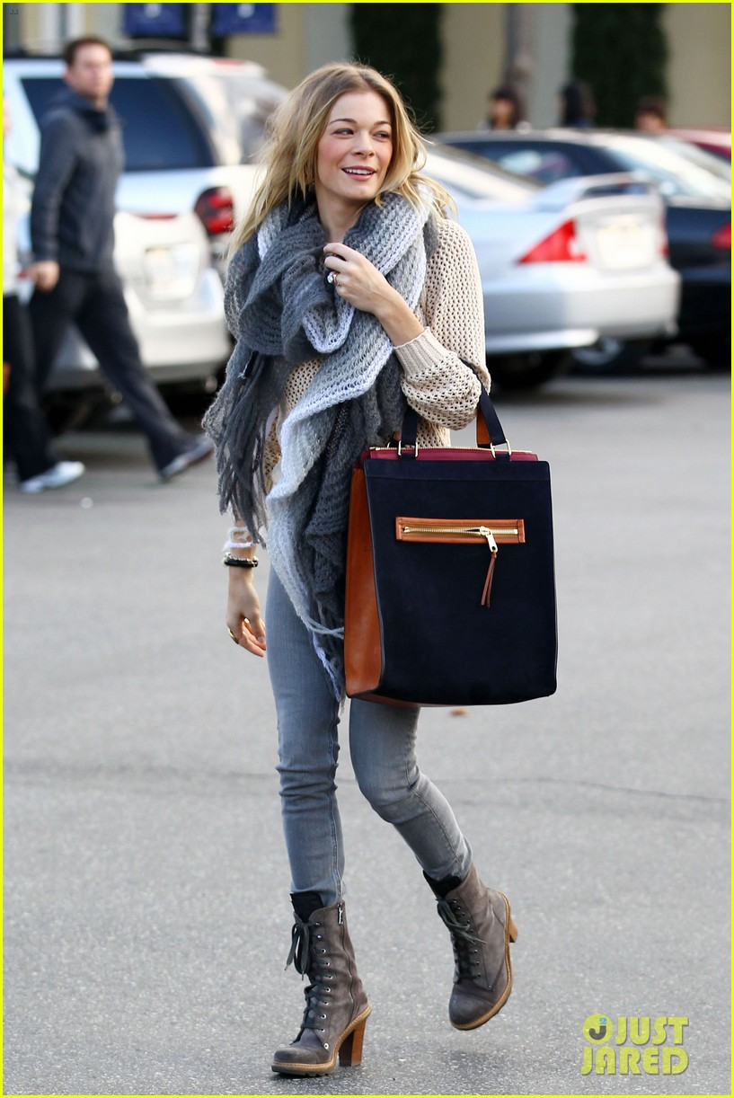 leann rimes shops for a hat 22