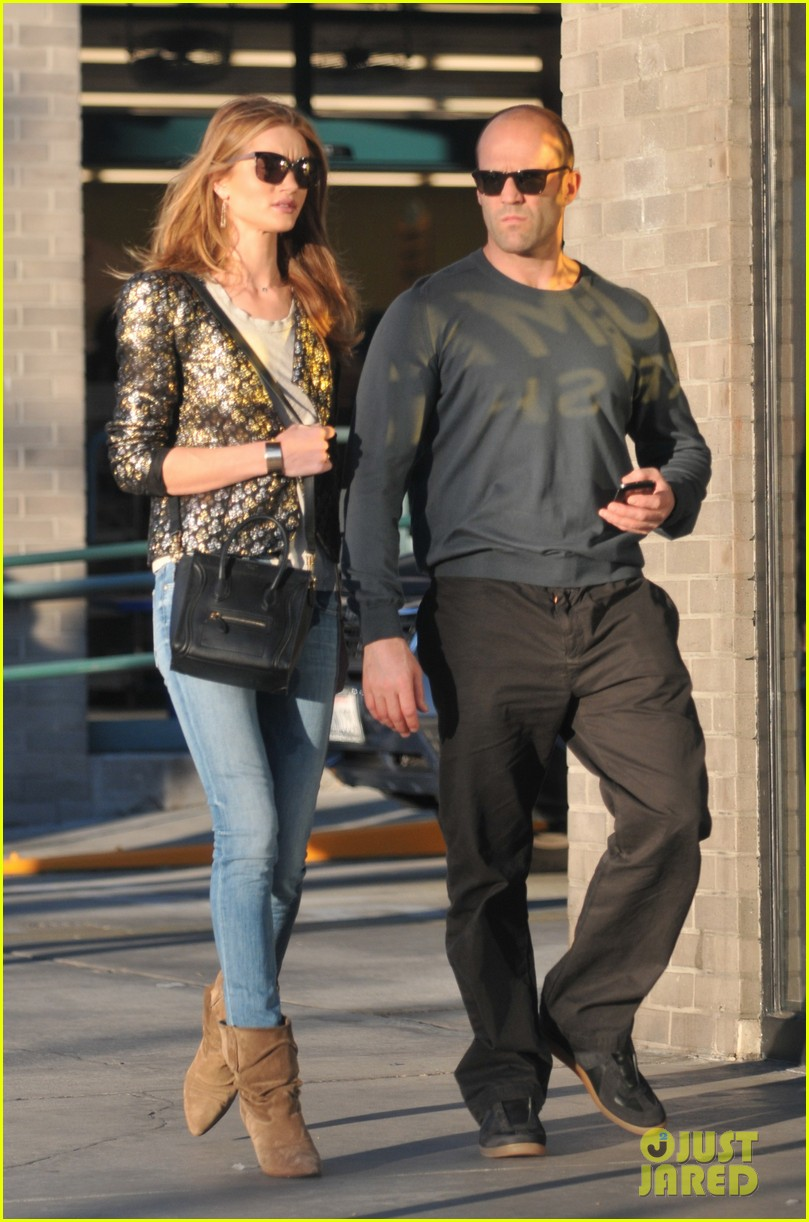 rosie huntington whiteley jason statham sunset stroll 05