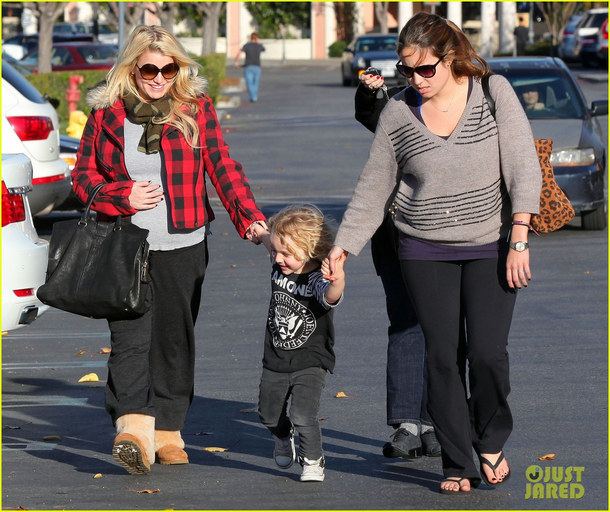 jessica simpson jewelry store visit with family 052612146