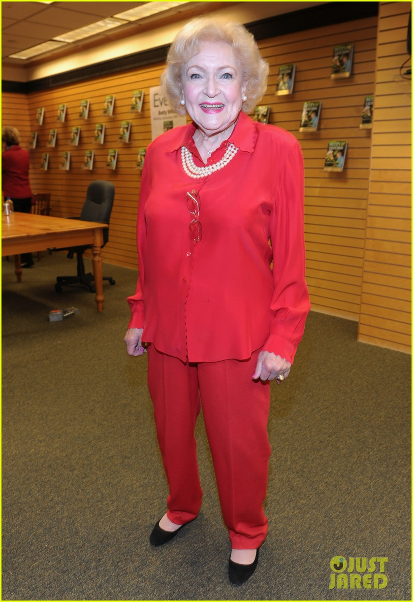 betty white book signing 01