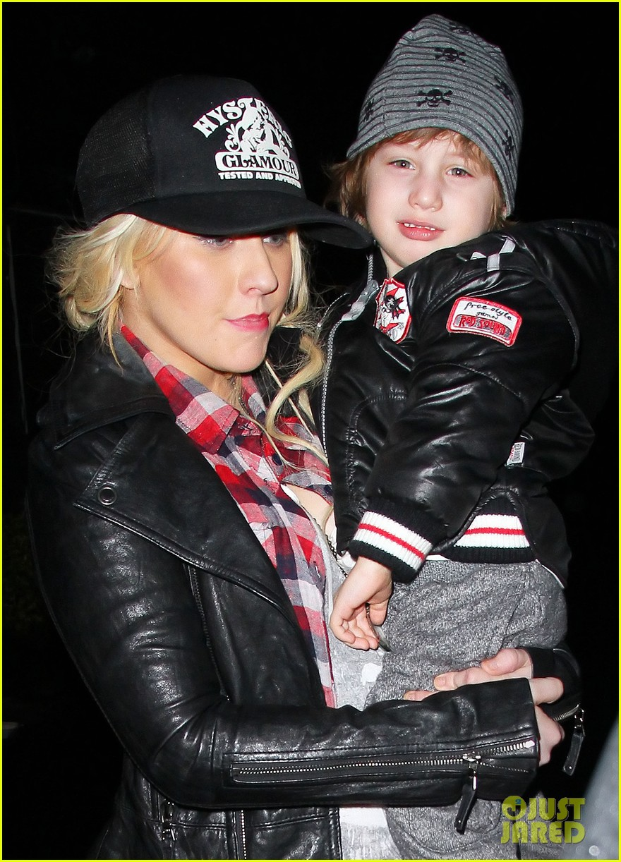 christina aguilera kisses for max in new jersey 012613923