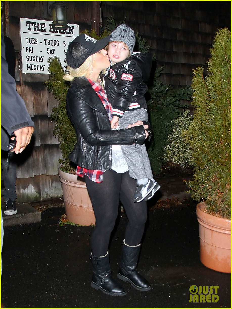 christina aguilera kisses for max in new jersey 02