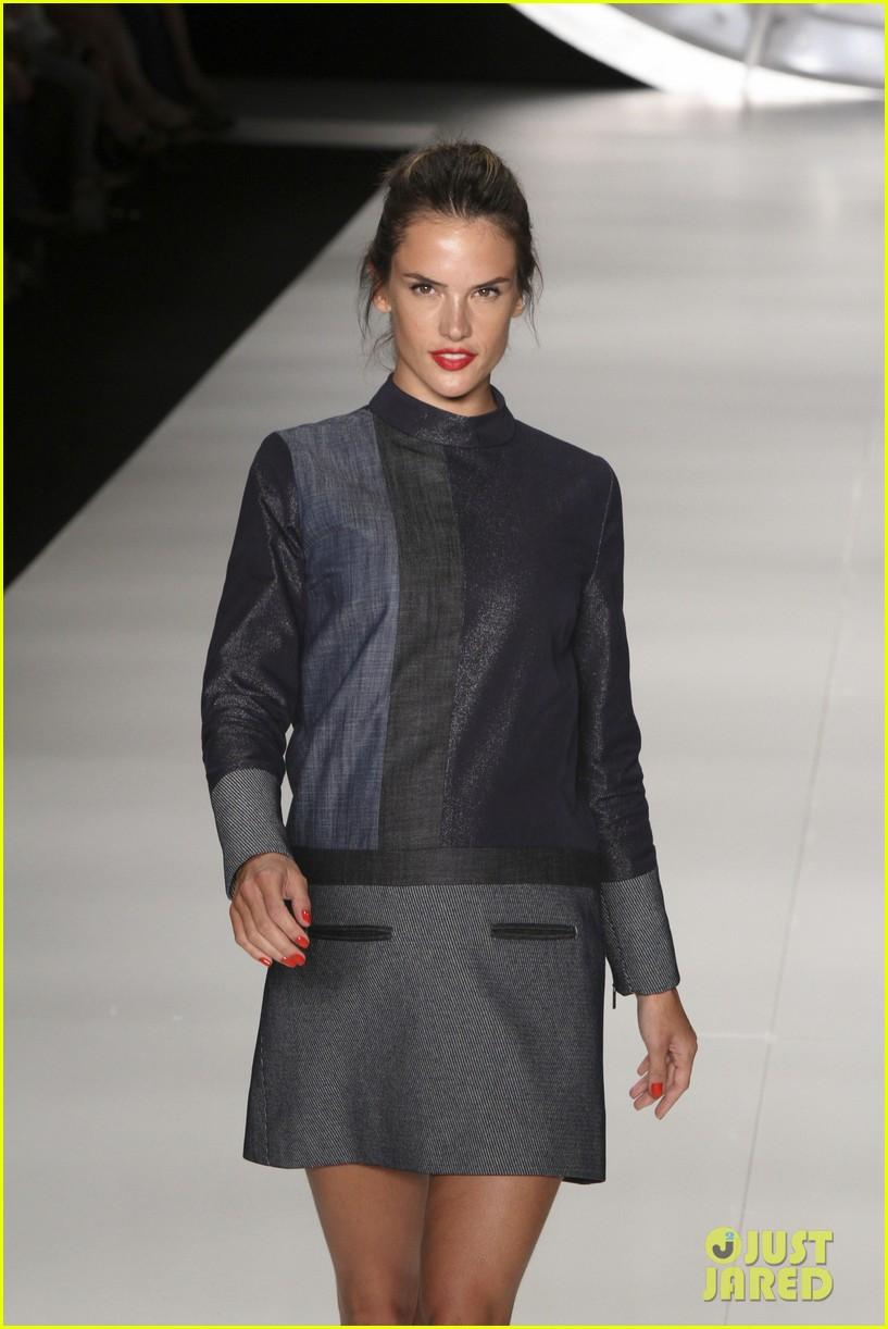 alessandra ambrosio colcci fashion show 14