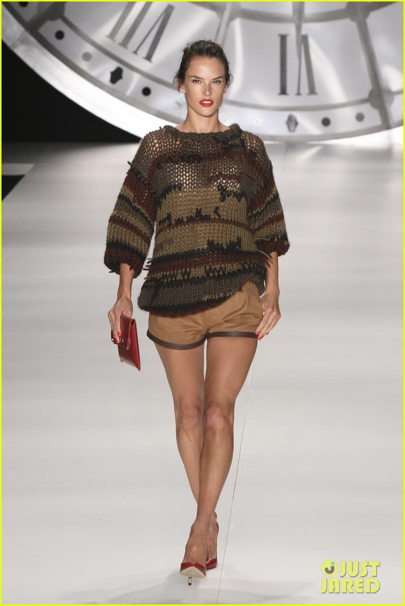 alessandra ambrosio colcci fashion show 17