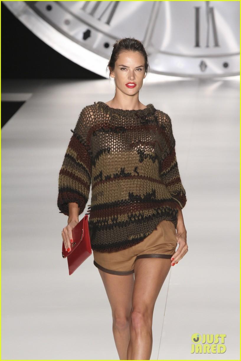 alessandra ambrosio colcci fashion show 182621003