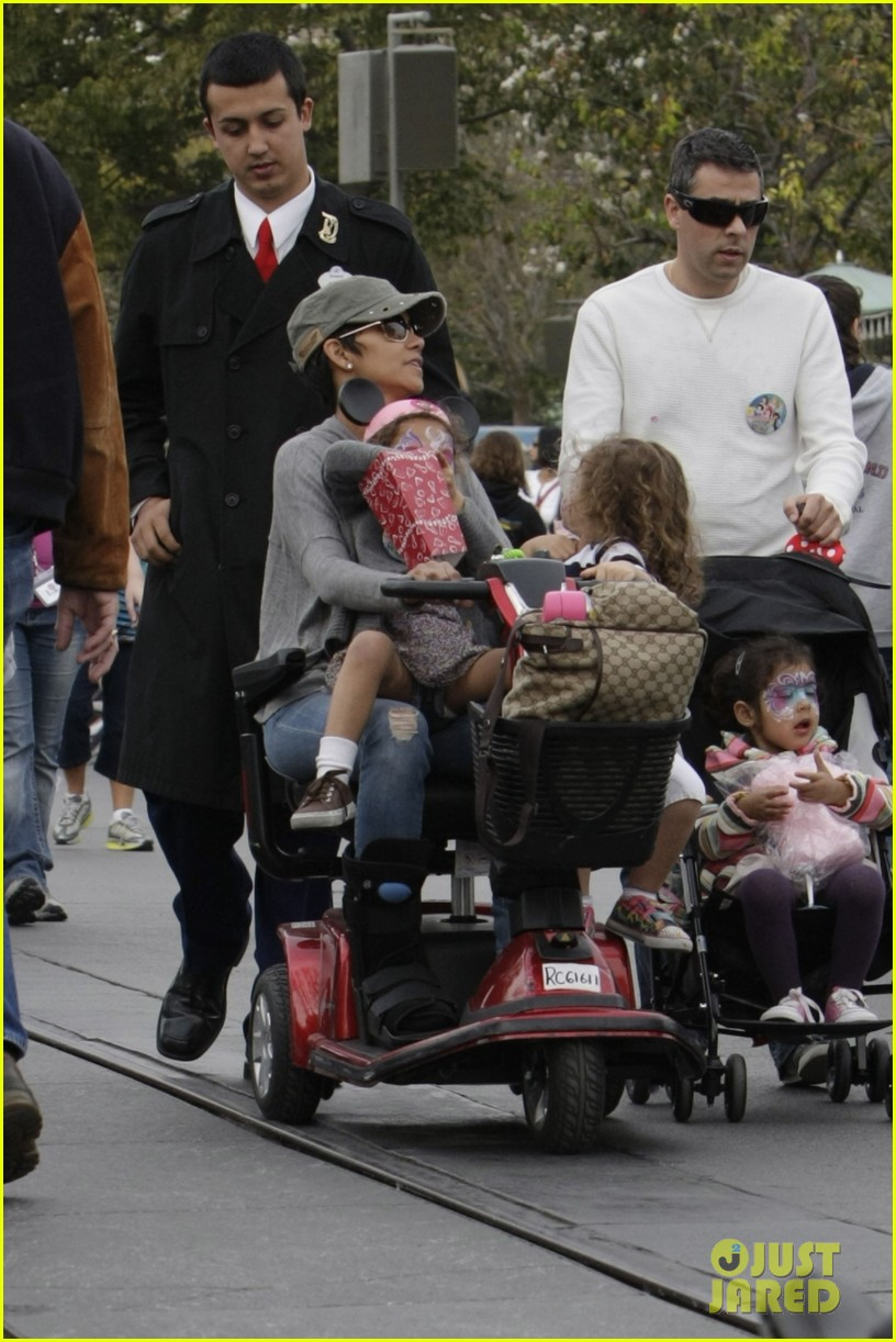 halle berry scooter disneyland 11