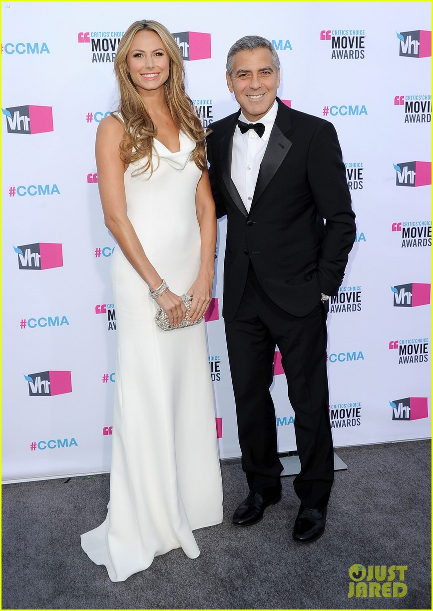 george clooney stacy keibler 2012 critics choice awards 03