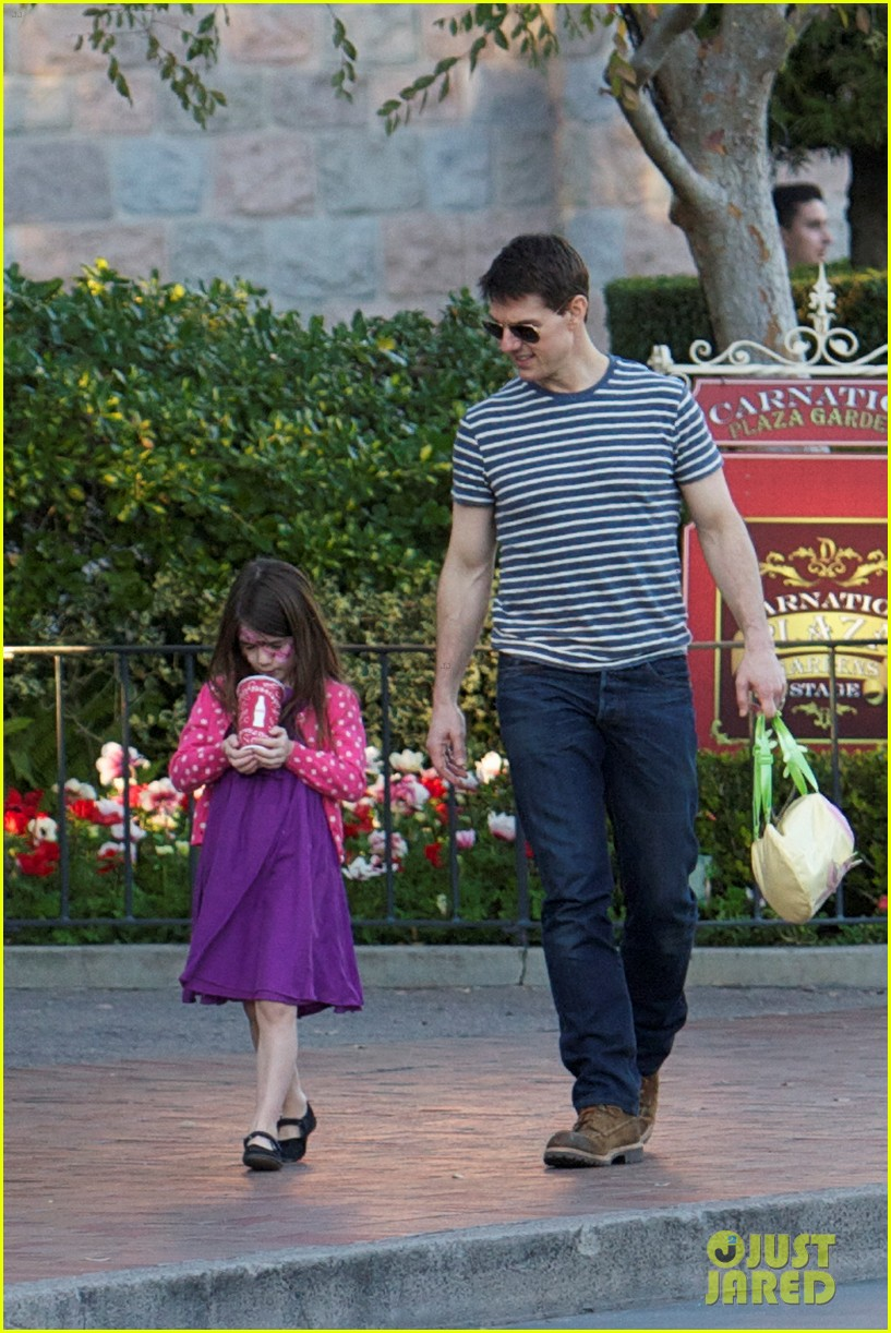 tom cruise suri disneyland 01