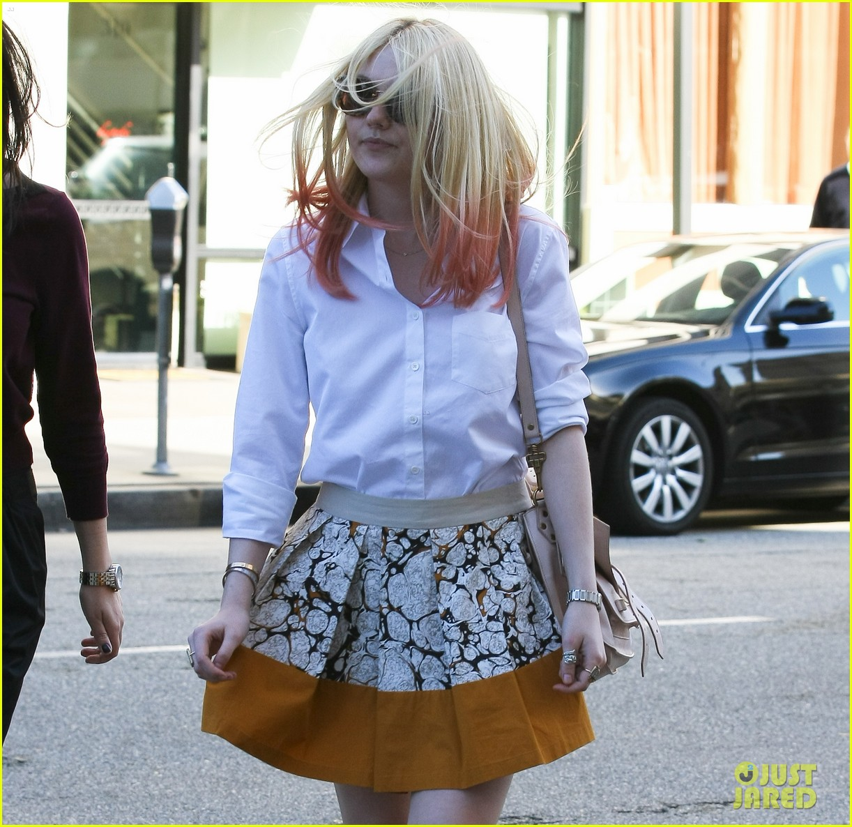 dakota fanning hot pink hair 02