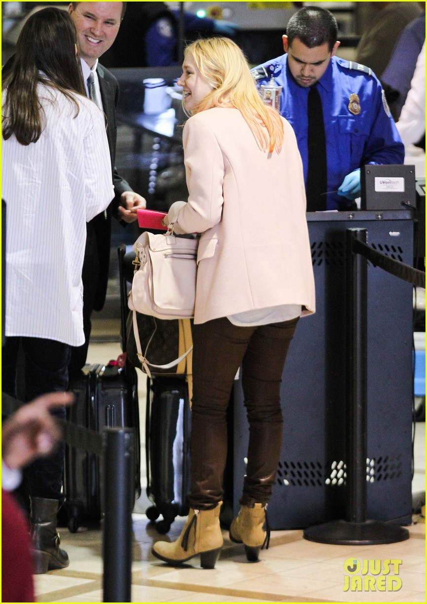 dakota fanning airport pink tips 172620439