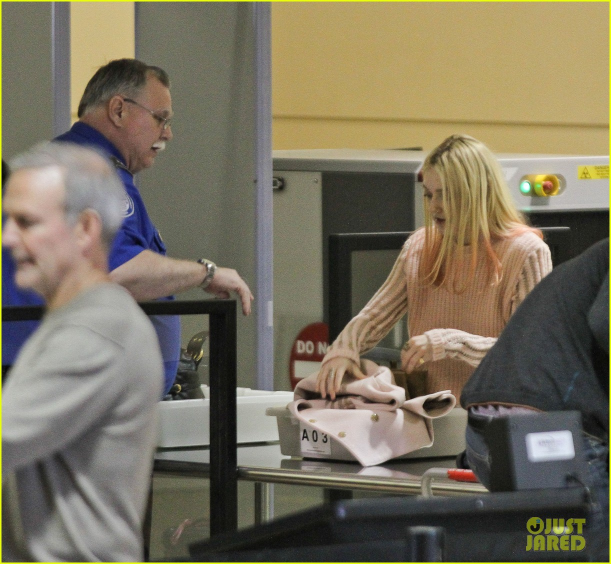 dakota fanning airport pink tips 182620440