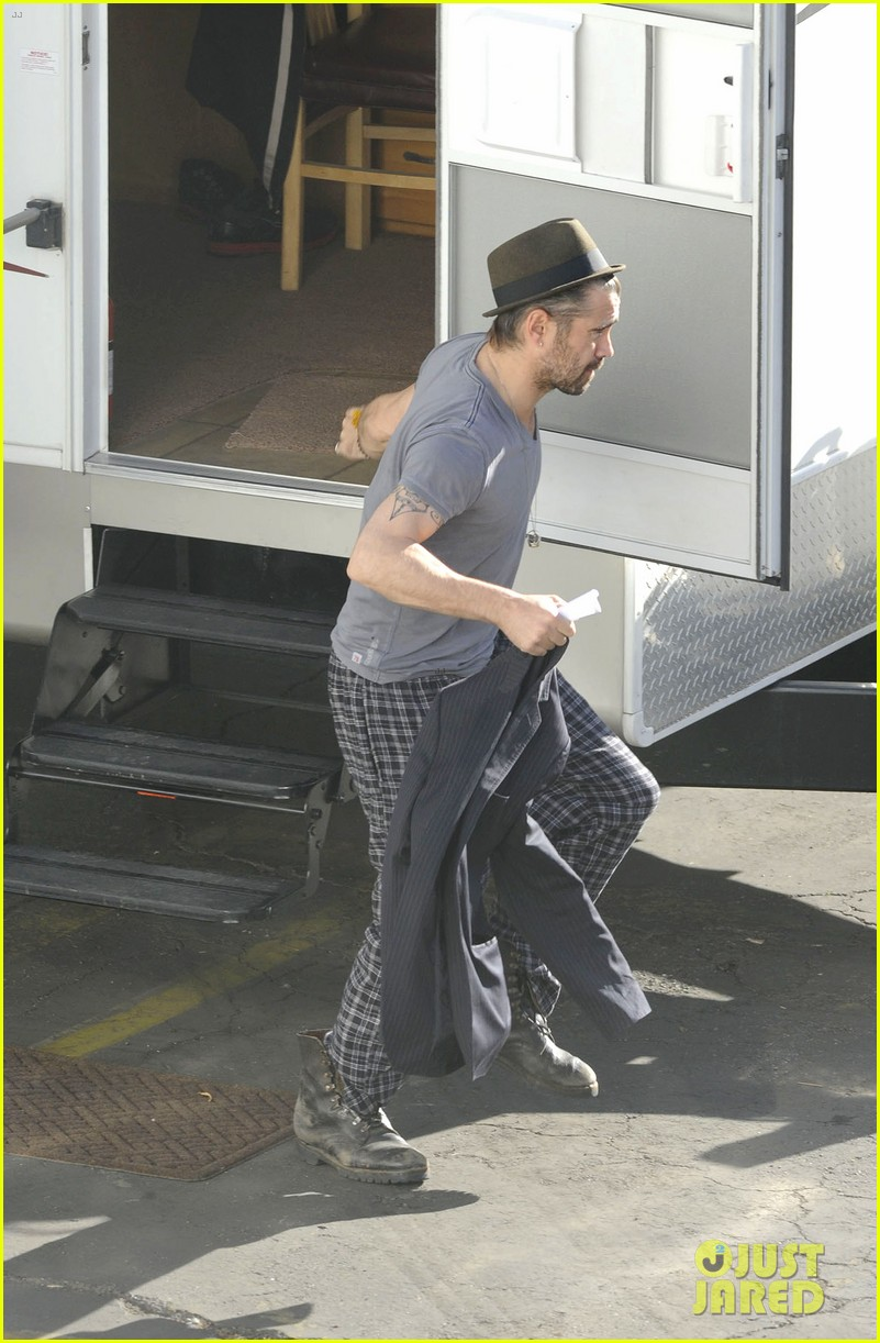 colin farrell pajamas on seven psychopaths set 04