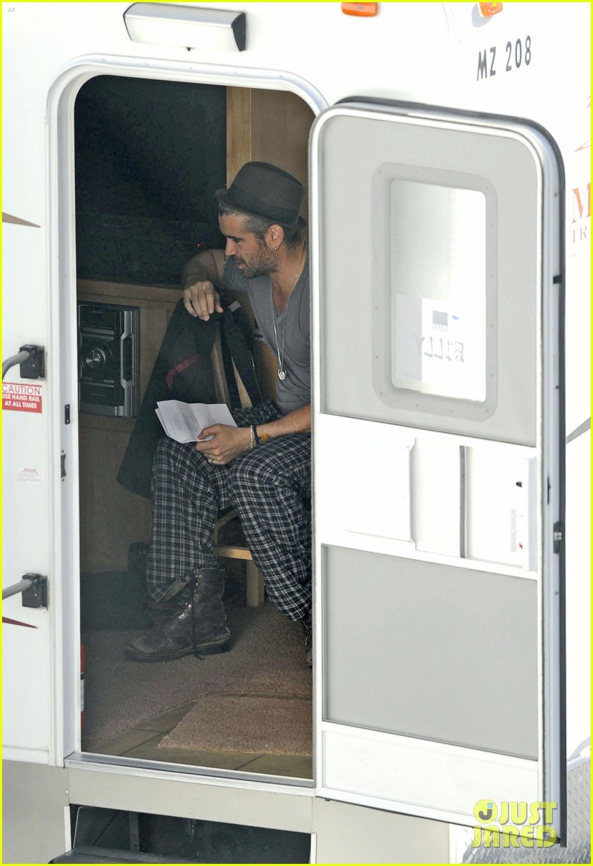 colin farrell pajamas on seven psychopaths set 07