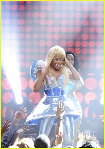 fergie nicki minaj new years eve 02b