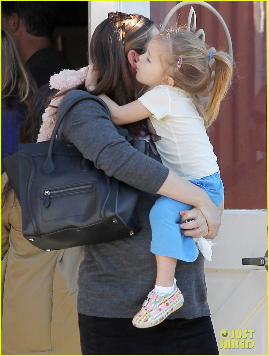 jennifer garner smooches seraphina 08