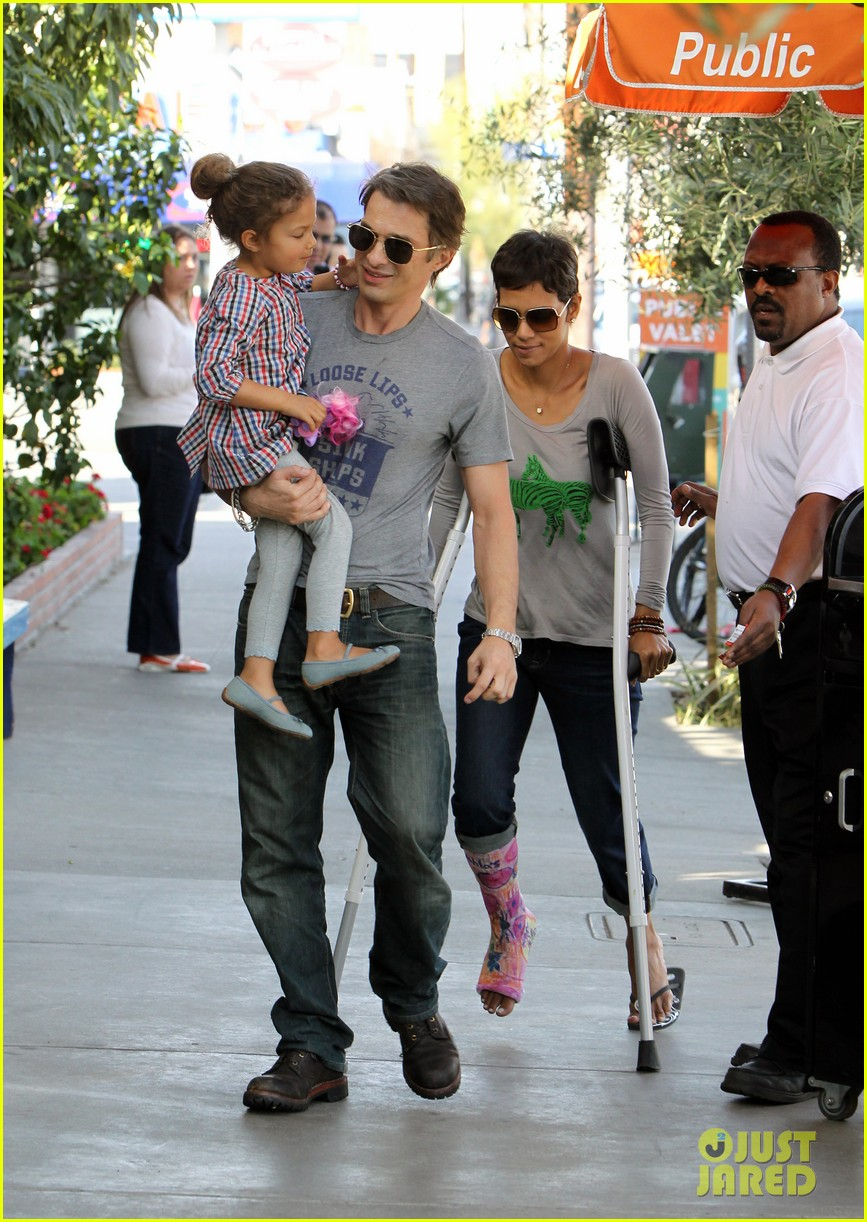 halle berry crutches olivier martinez nahla lunch 02