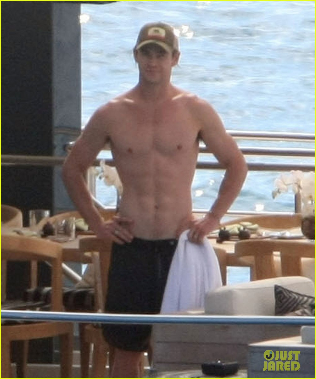 chris hemsworth elsa pataky vacation damons 03