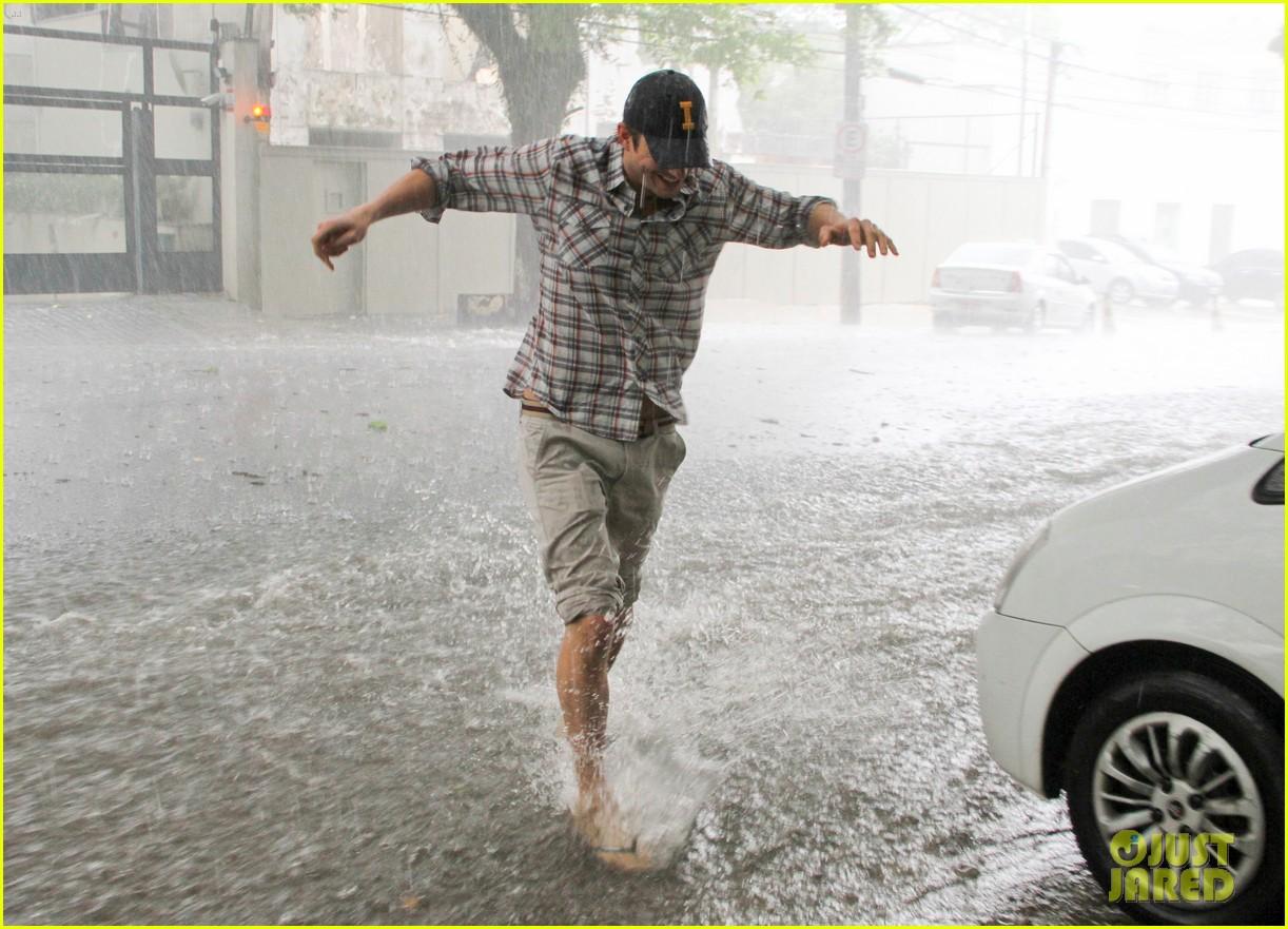 ashton kutcher surfing sao paolo 08