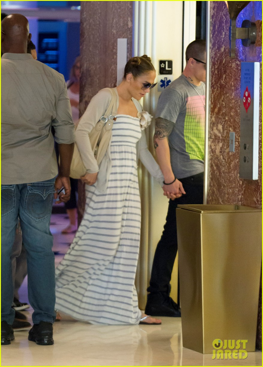 jennifer lopez casper smart holding hands 012622884