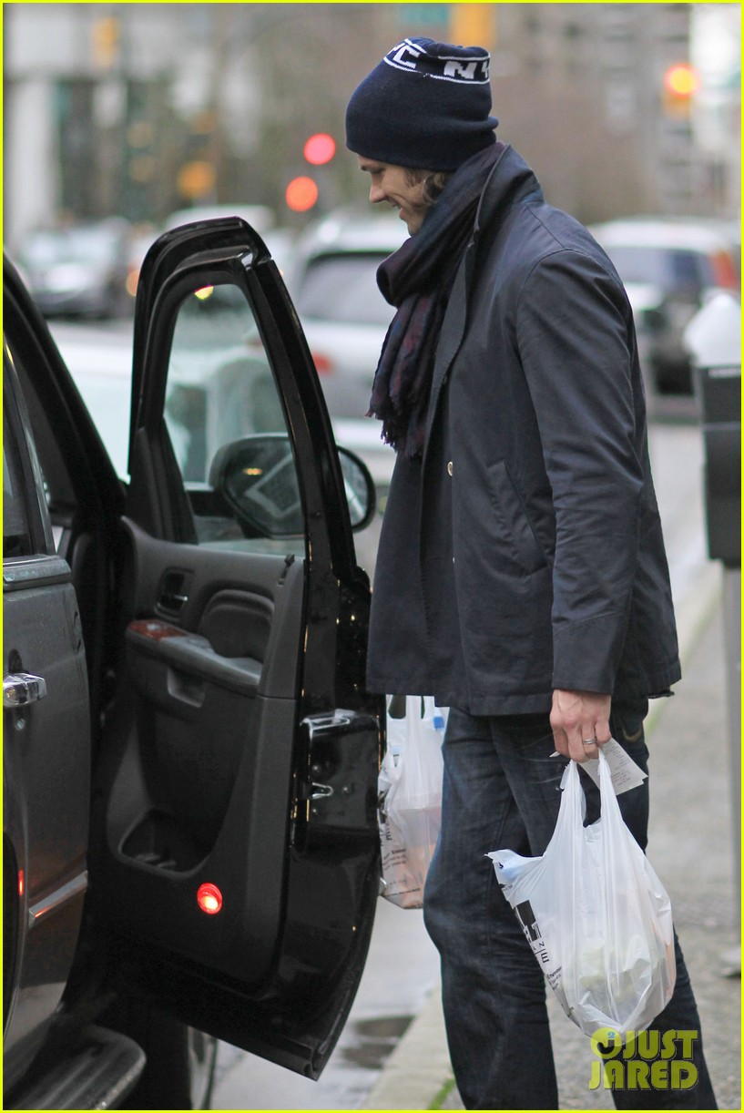 jared padalecki carries groceries 052615730
