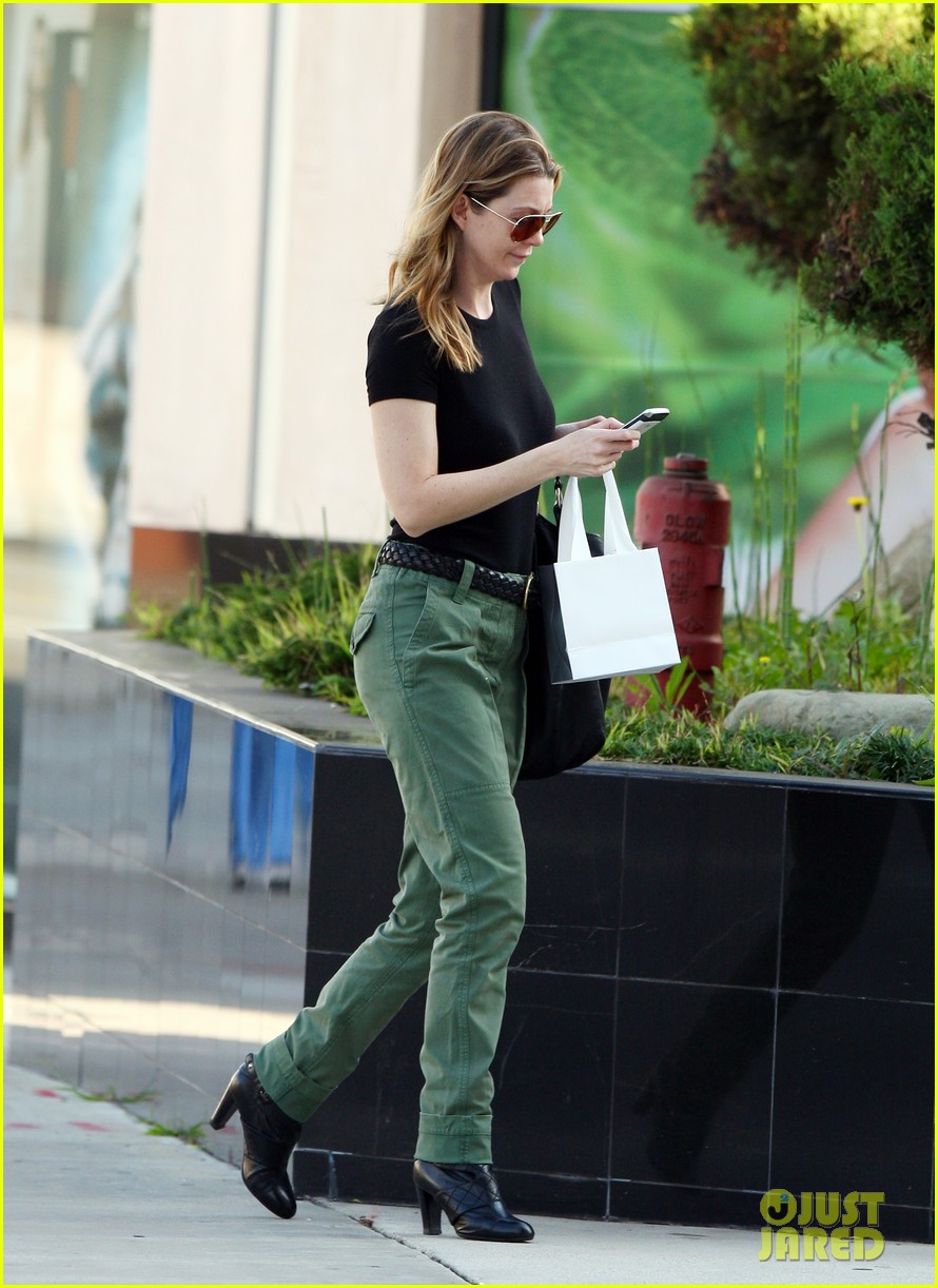 ellen pompeo shopping texting 04