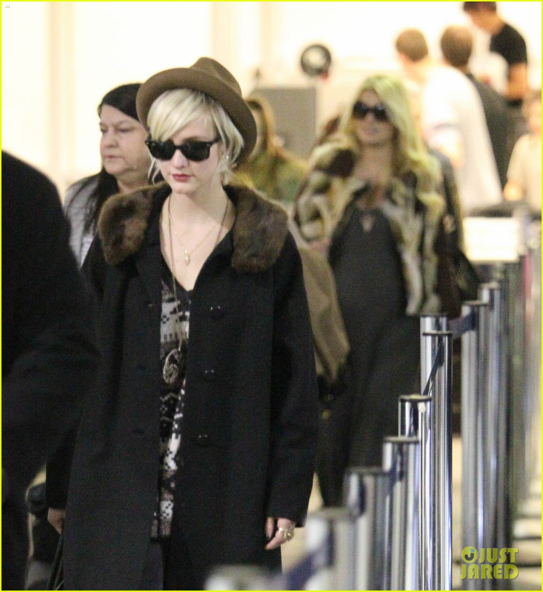 jessica simpson lax arrival with ashlee 02