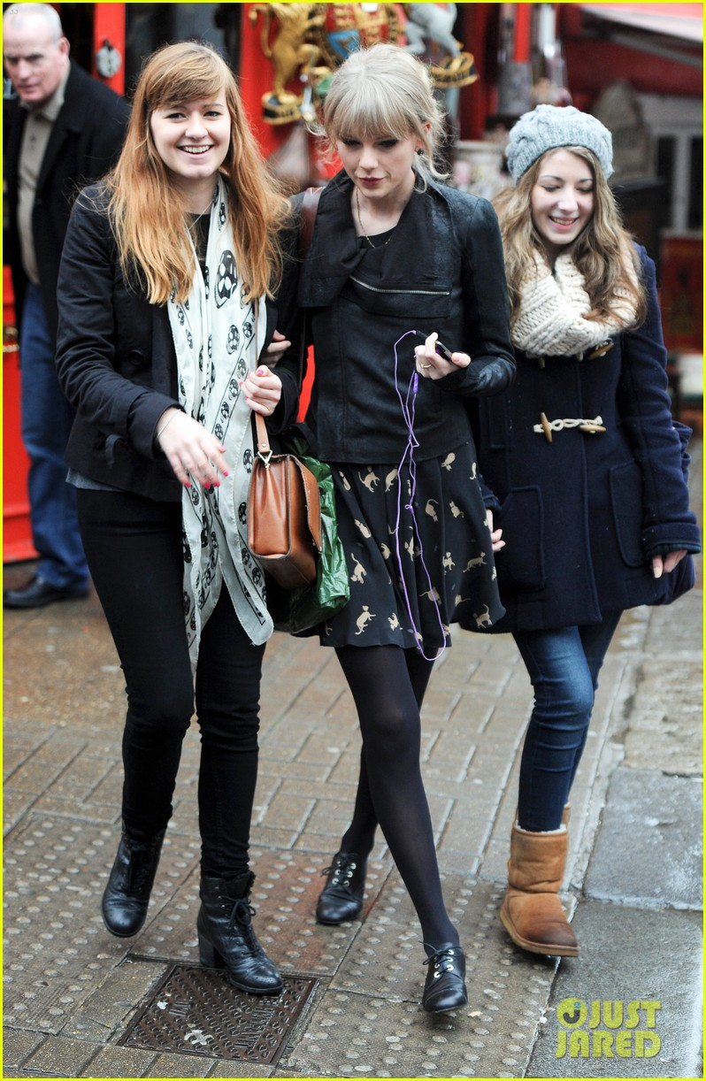 taylor swift umbrella london 082621543