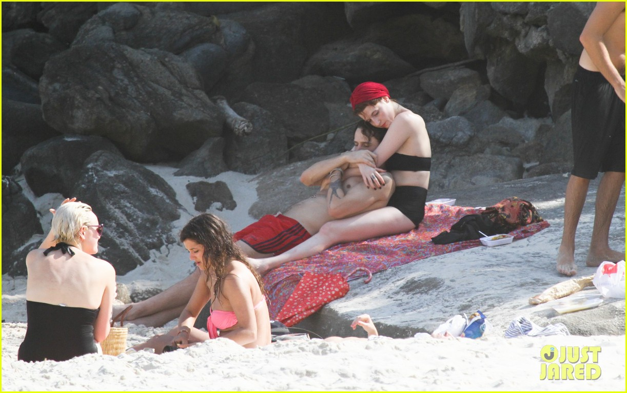 florence welch hits the beach with new boyfriend 22