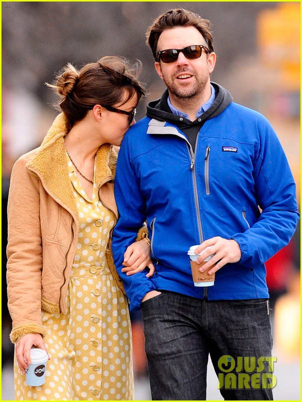 olivia wilde jason sudeikis new years day stroll 09