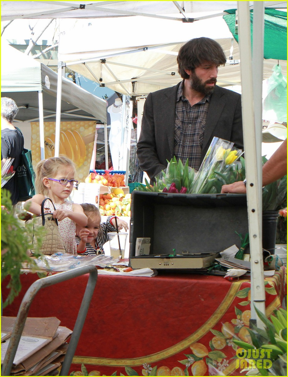 ben affleck daughters farmers market 04