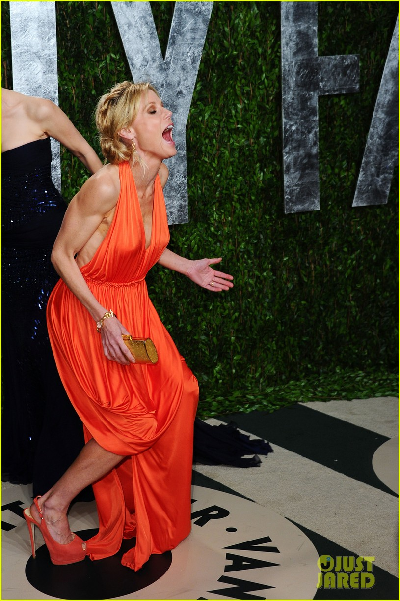 elizabeth banks julie bowen vanity fair oscar party 082634041