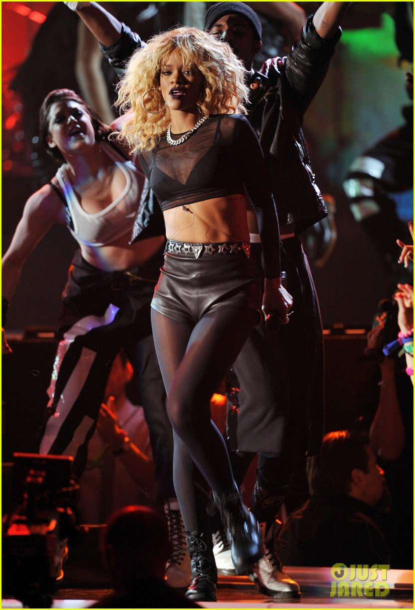 coldplay rihanna grammys performance 08