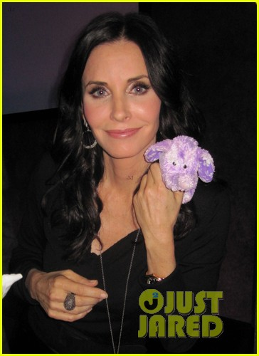 courteney cox cougar town viewing party 03