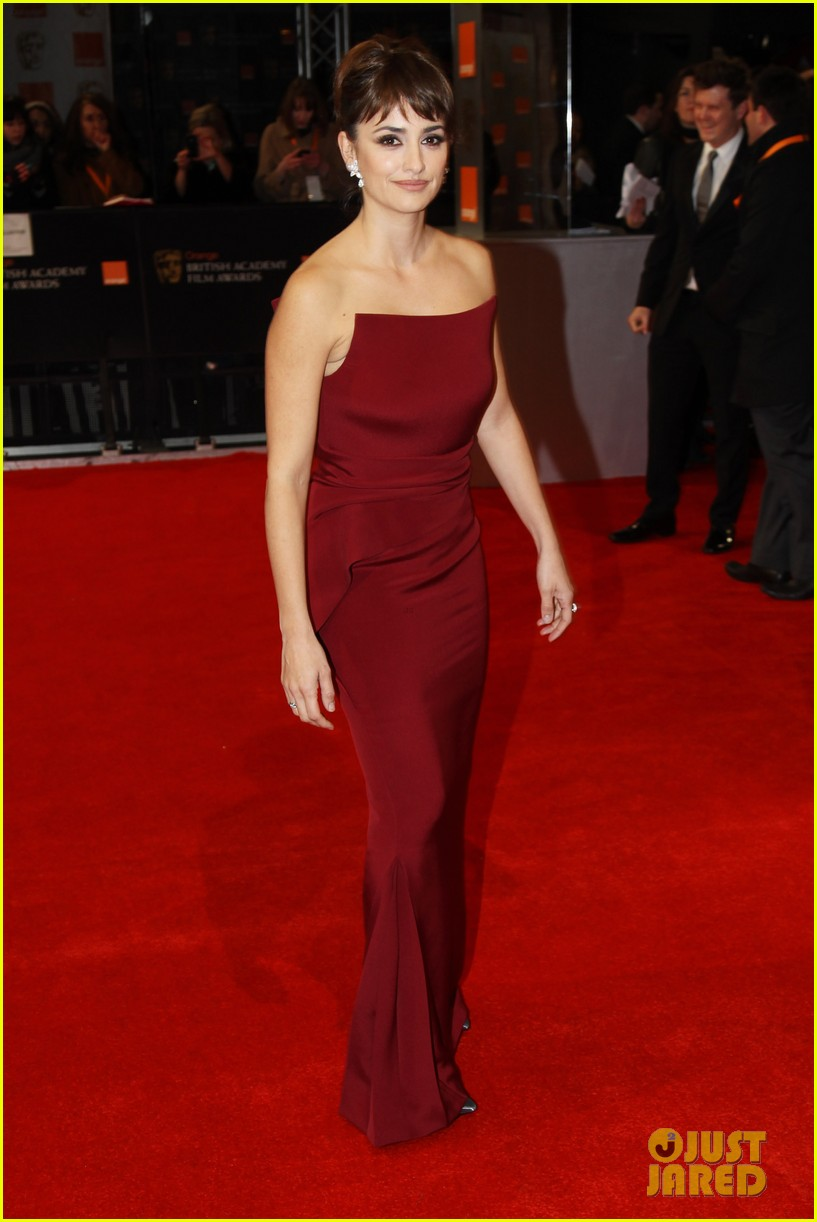 penelope cruz 2012 baftas red carpet 02