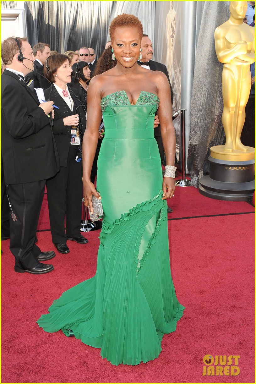 viola davis oscars 2012 red carpet 01