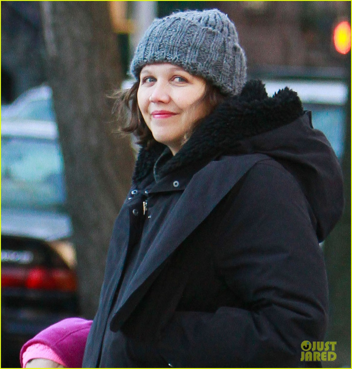 maggie gyllenhaal walks with ramona 042625012