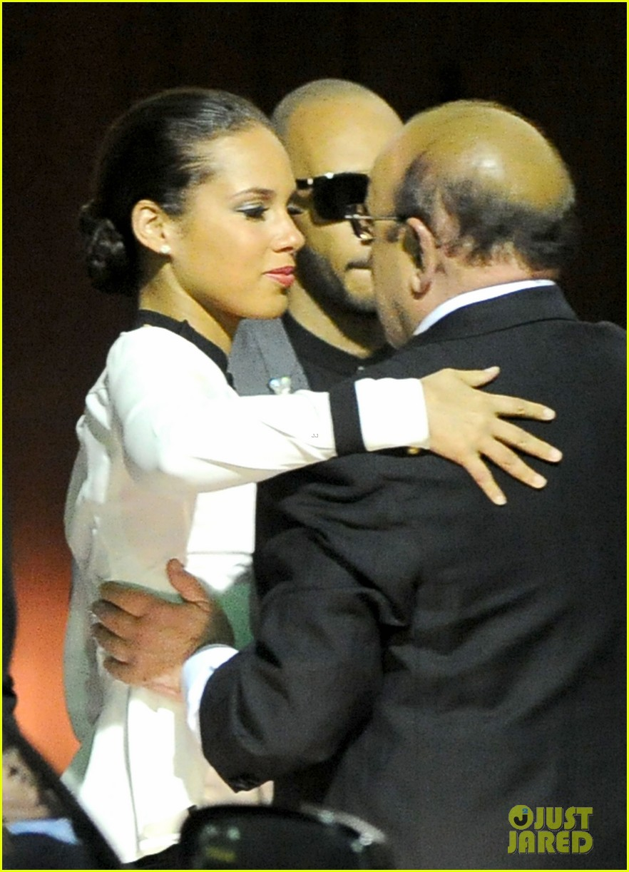 alicia keys consoles kclive davis following whitney houstons death 06