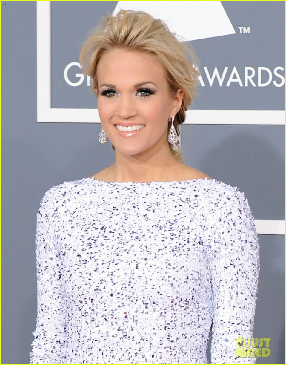 carrie underwood grammys 2012 red carpet 01