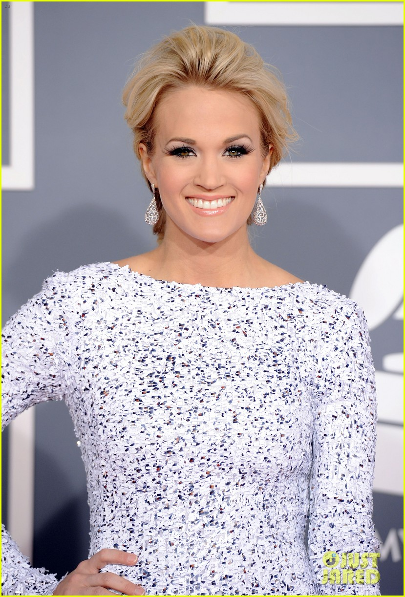 carrie underwood grammys 2012 red carpet 052628176