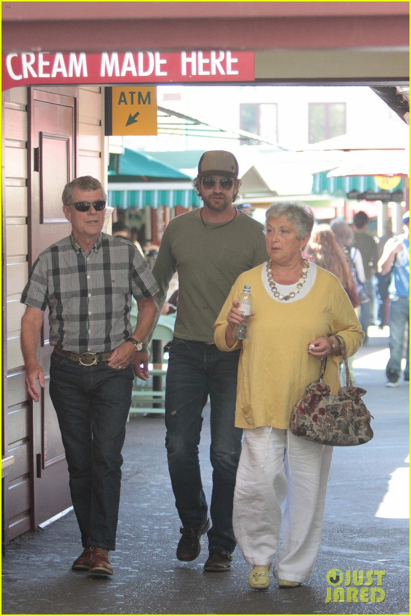 gerard butler farmers market lunch 01