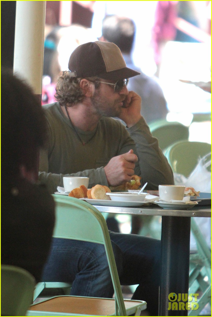 gerard butler farmers market lunch 07