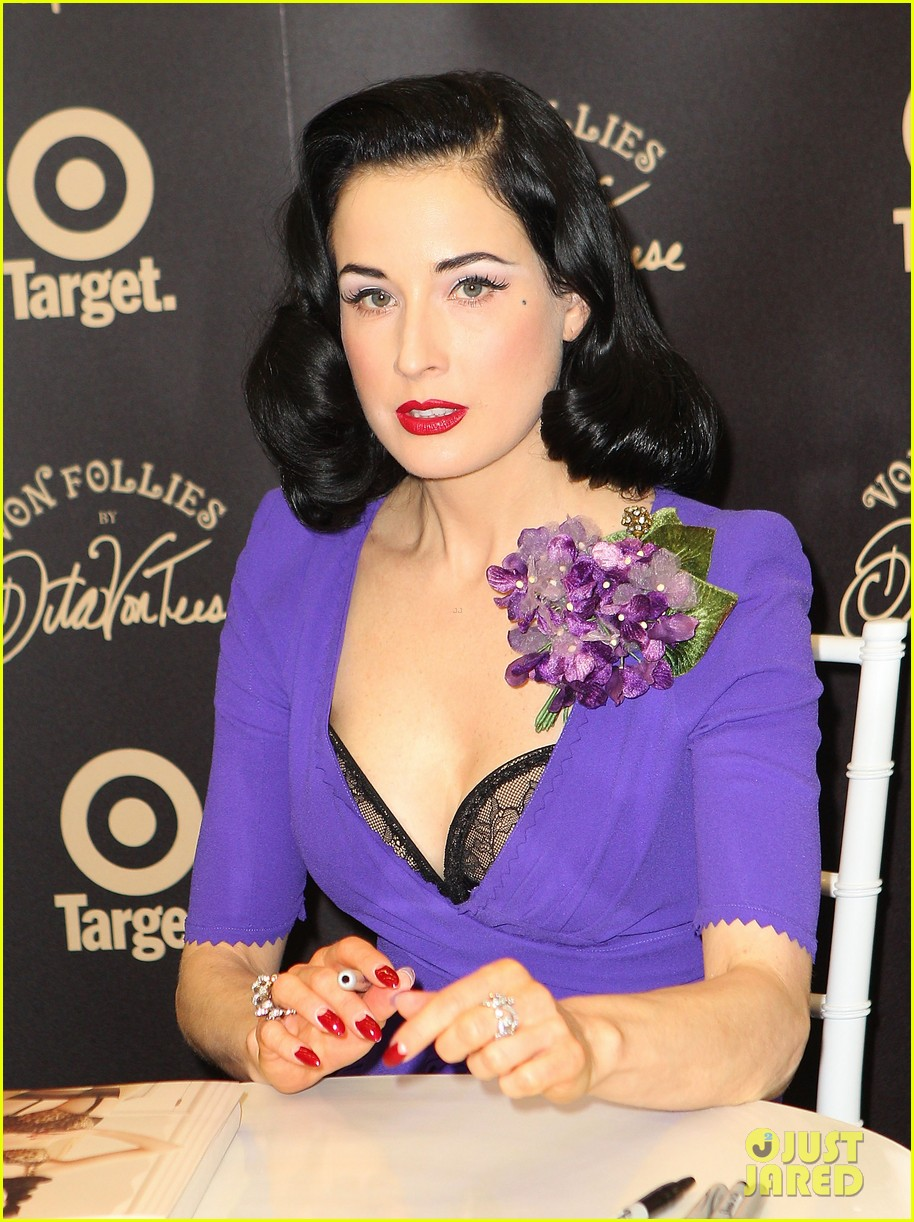 dita von teese von follies photo call 04