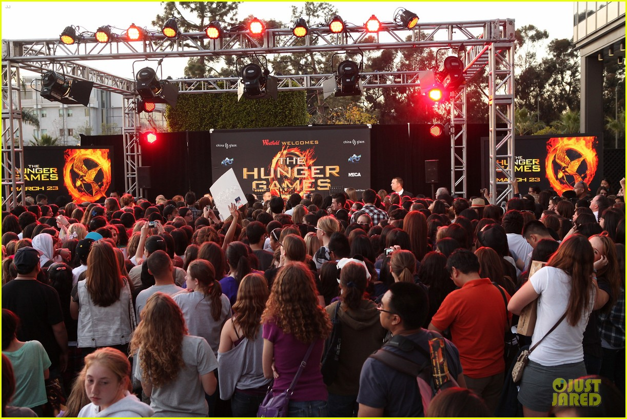jennifer lawrence kicks off hunger games mall tour 15