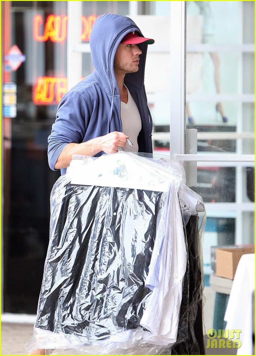 ryan phillippe grocery shopping with a mystery gal 04