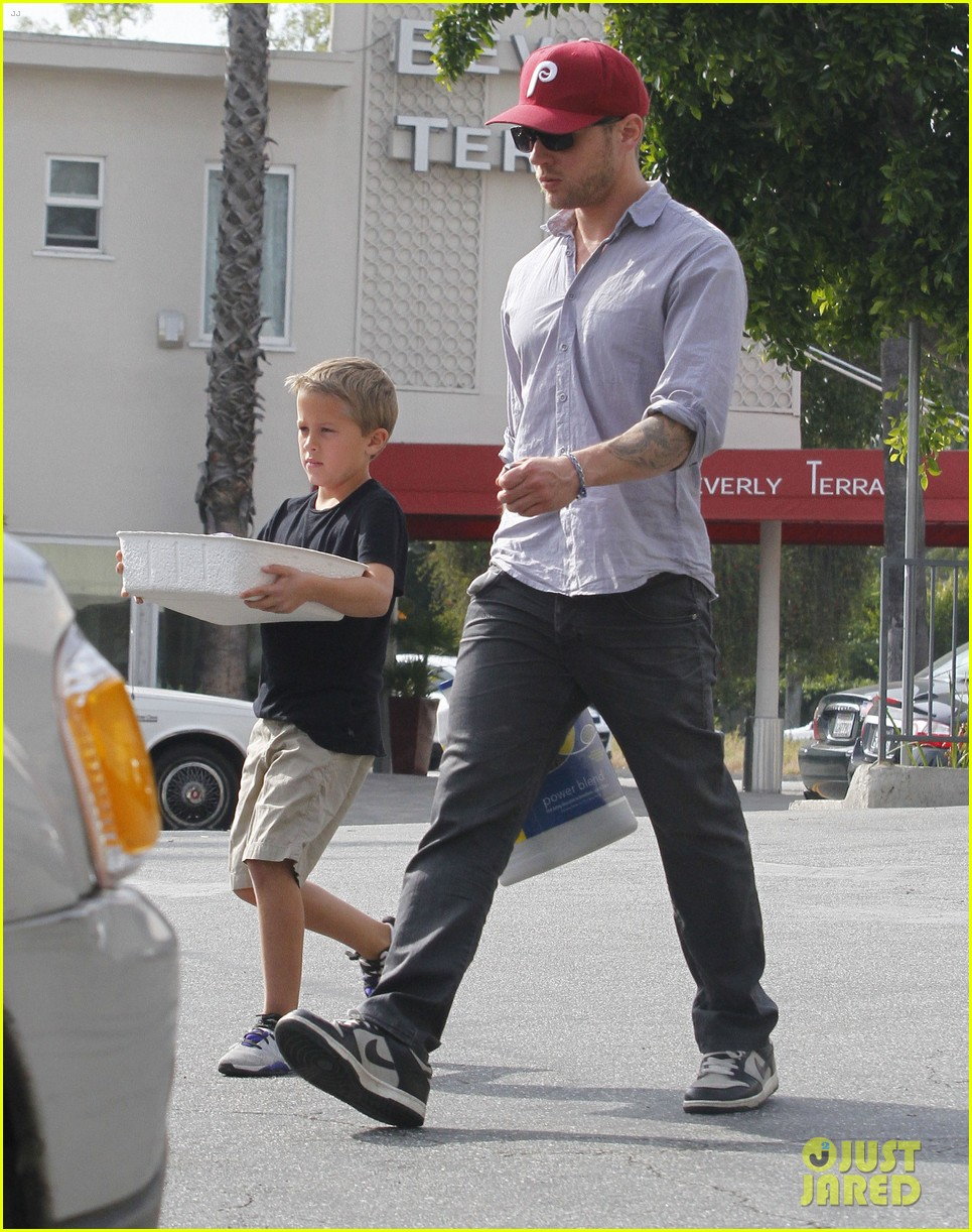 ryan phillippe petco stop with deacon 08