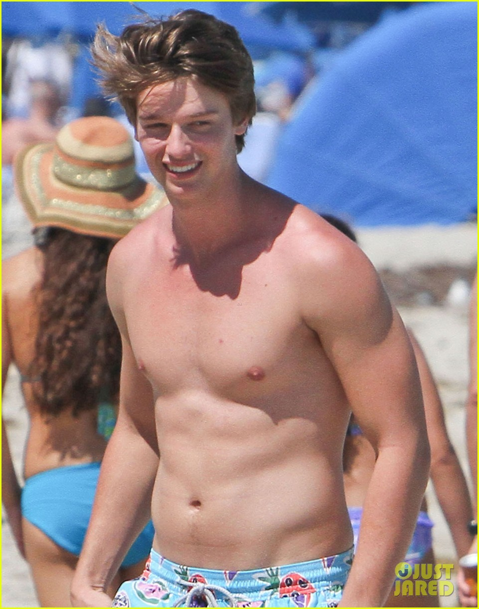patrick schwarzenegger beach 02