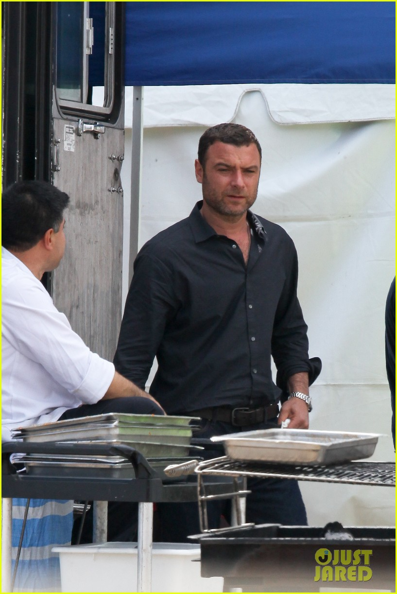 liev schreiber lunch break on set 04