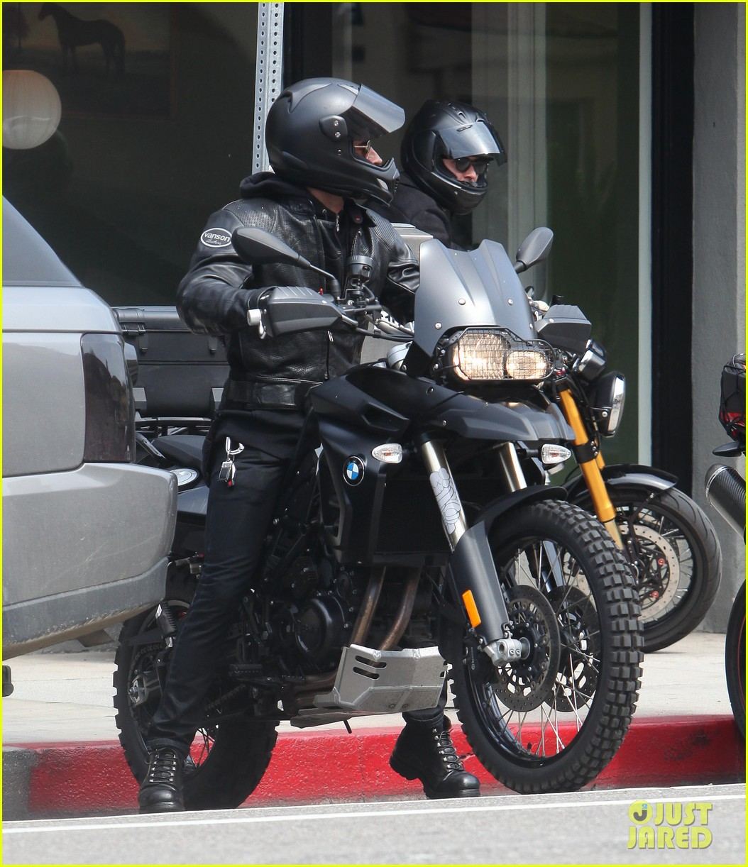 justin theroux orlando bloom biking budies 01