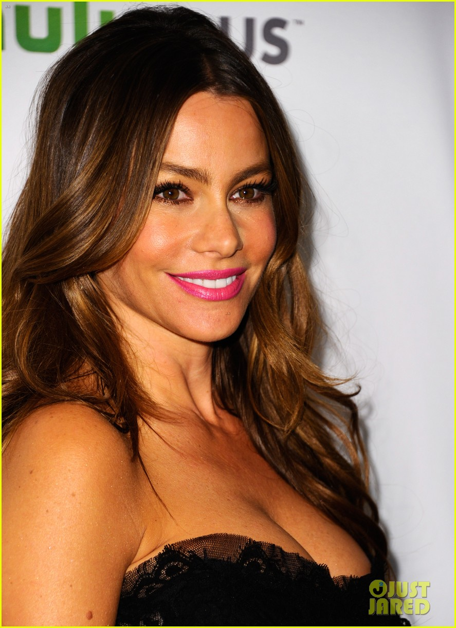 sofia vergara modern family cast at paleyfest 01