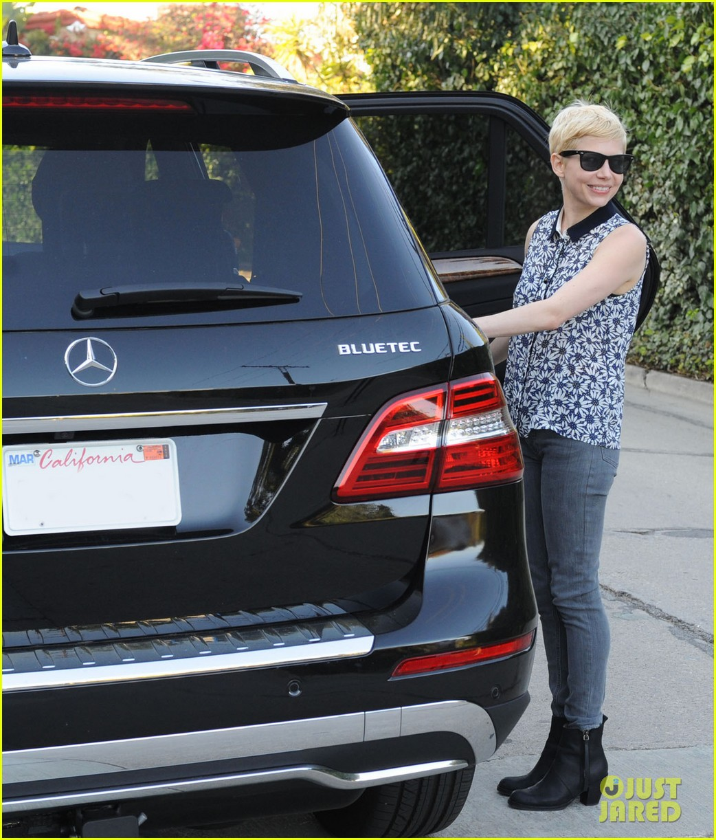 michelle williams smiles suv 01